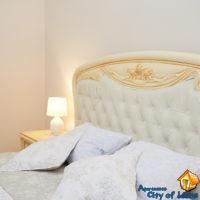 Аренда квартиры посуточно во Львове, ул Драгоманова 4, спальня, детали интерьера - кровать
