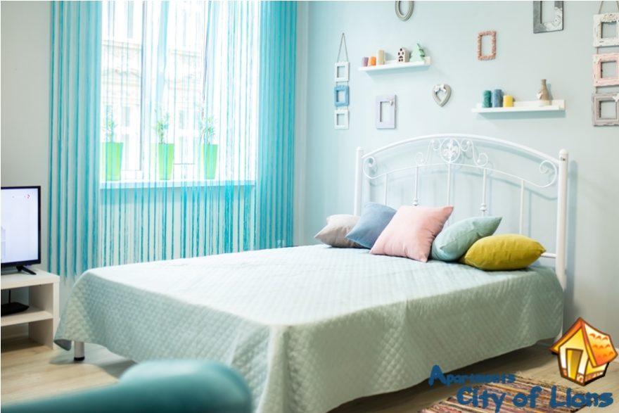 Посуточно квартиры Львов, ул Римлянина 12, спальня, детали интерьера - кровать
